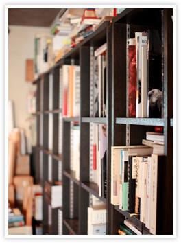 事務所内の本棚